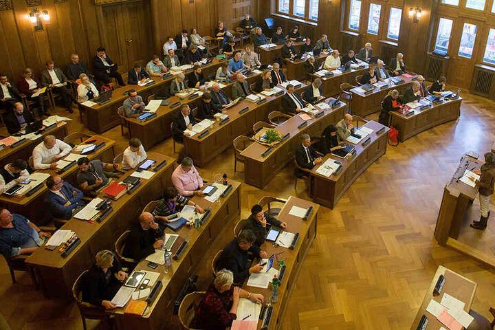 Der Chemnitzer Stadtrat: Viele Politiker sind sauer, weil die Verwaltung neuerdings ihre Fragen nicht mehr beantwortet.