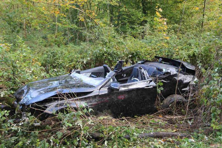 Der Sportwagen ist ein Wrack. Zwei Menschen überlebten den Unfall nicht, ein Teenager schwebt noch in Lebensgefahr.