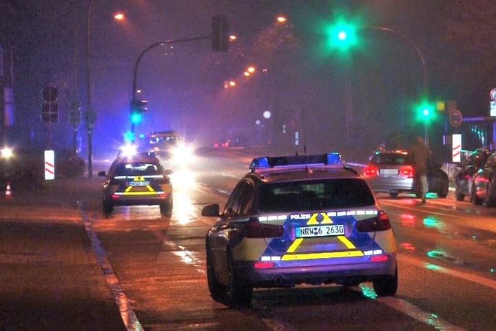 Zudem sperrte die Polizei die Straße zur Turnhalle ab.
