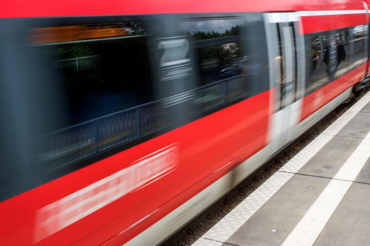 Ein 12-jähriges Mädchen wurde in einer Regionalbahn bei Freiburg sexuell missbraucht. (Symbolbild)