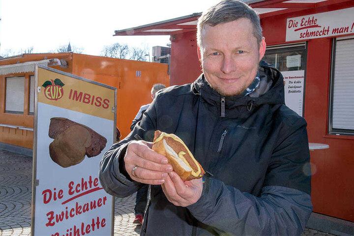 """Hallenser mit Brühlette: TAG24-Redakteur Frank Harnack (45) testet die """"Echte Zwickauer Brühlette"""", in Schmalz gebratenes Schweine- und Kalbsfleisch."""