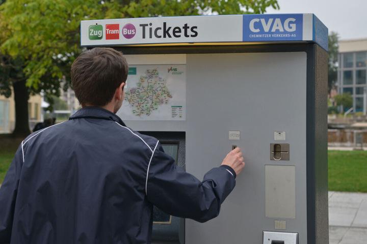 Immer weniger Chemnitzer kaufen sich Einzelfahrkarten. Dafür boomt der Verkauf von Monatskarten. Der Verkehrsverbund Mittelsachsen (VMS) sieht darin eine positive Entwicklung.