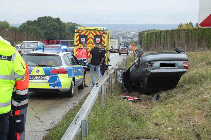 Wie der Audi hinter die Leitplanke geriet, ermittelt die Polizei Dresden derzeit noch.