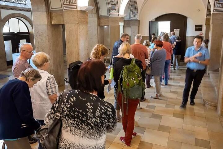 Andrang: Im Rathaus bildeten sich lange Schlangen vor dem Briefwahllokal.
