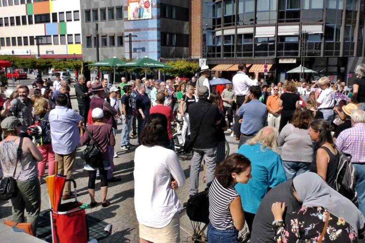 Bei der Demo der AfD und der Gegendemo in Solingen am Freitag versammelten sich einige Hundert Menschen.