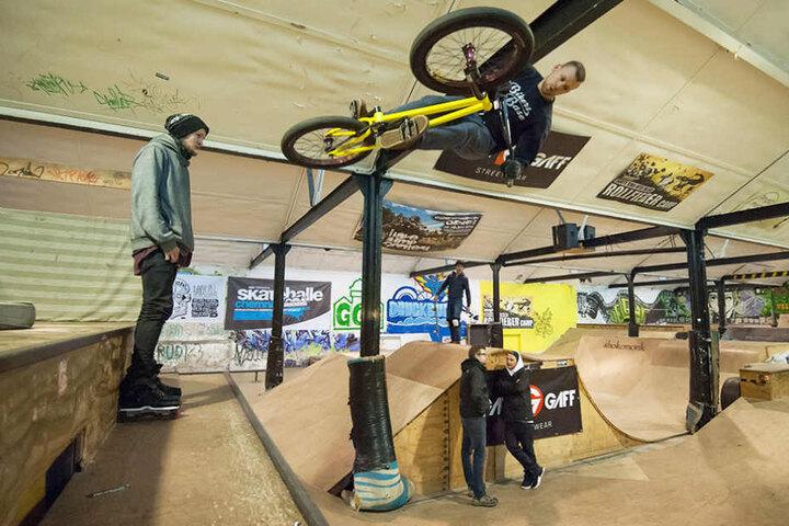 Die Skaterhalle ist baufällig. Trotzdem trainieren hier rund 10.000 Skateboard- und BMX-Fahrer.