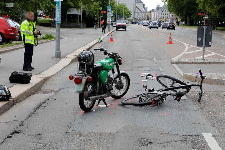Ein 70-Jähriger wollte offenbar sein E-Bike über die Straße auf Höhe des Hartmannplatzes schieben, als ein Mopedfahrer ihn erfasste.