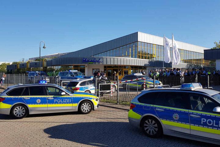 Am 29. Juni rückte ein Großaufgebot der Polizei zum Rheinbad an, nachdem es zu einem Streit mit mehreren Hundert beteiligten Badegästen gekommen war.