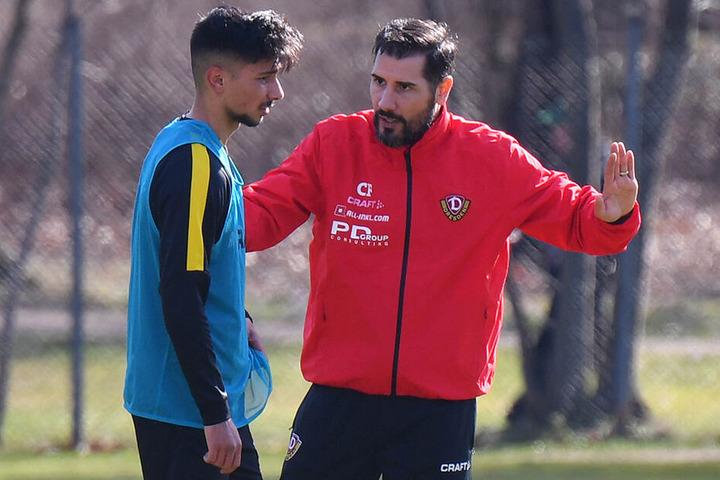 Der Lehrer und sein Schüler: Dynamo-Coach Cristian Fiel (r.) gibt Osman Atilgan im Training taktische Anweisungen mit auf den Weg.