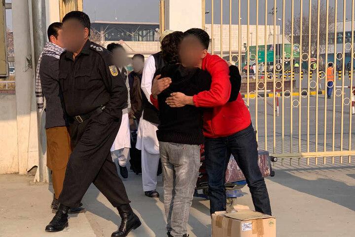Ein abgeschobener Asylbewerber wird am Flughafen begrüßt.