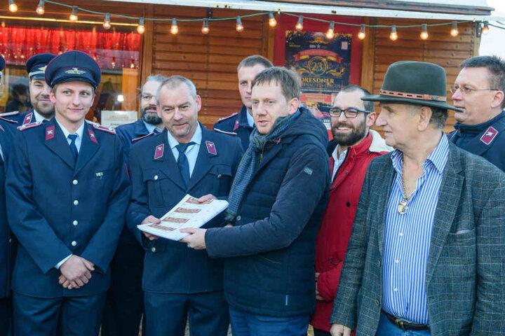 MP Michael Kretschmer (Mitte) und Circus-Direktor Mario Müller-Milano (r.) reichen 500 Tickets an die Feuerwehren in Lohmen, Königstein, Königsbrück und Schwepnitz weiter. Die Tickets wurden von PostModern zur Verfügung gestellt.