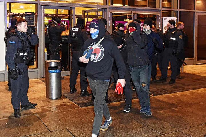Die Polizei verjagte einige linke Protestierer aus dem Einkaufstempel.