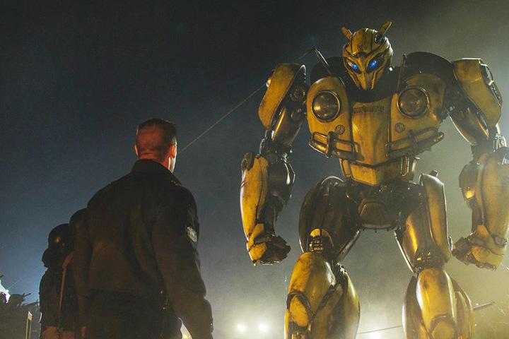 Bumblebee wird von Agent Jack Burns (vorne, John Cena) und dessen Leuten umstellt.