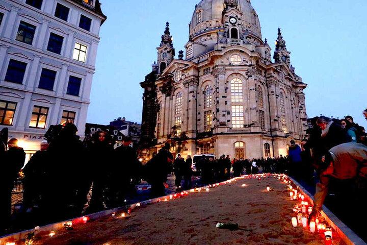 Auf dem Neumarkt wurden Gedenkkerzen angezündet, dann strömten die Dresdner aus, um die Menschenkette zu bilden.
