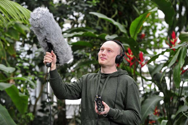 Der Doktorand fängt die Vogelstimmen mit einem Richtmikrofon ein.