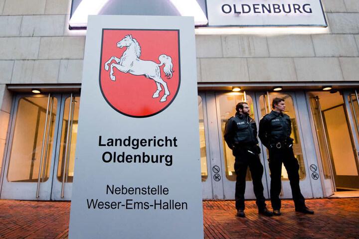 Zwei Polizisten stehen am Dienstag vor dem Gebäude der Weser-Ems-Hallen.
