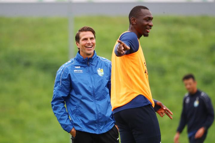 Tarsis Bonga (r.) hat unter Coach Patrick Glöckner wieder Spaß am Fußball.
