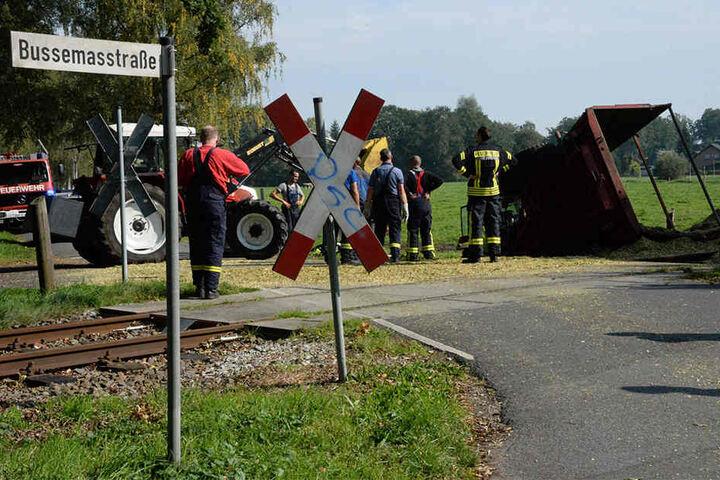 Der Traktor war bereits auf den Schienen, als der Güterzug angerauscht kam.