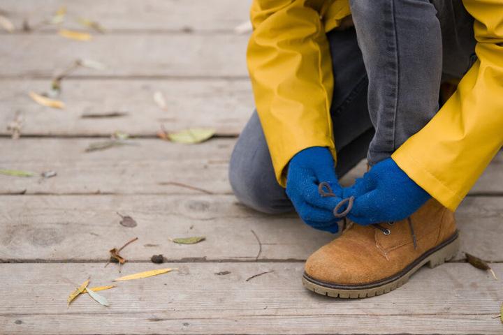 Der Junge kniete sich hin, um seinen Schuh zu binden. (Symbolbild)