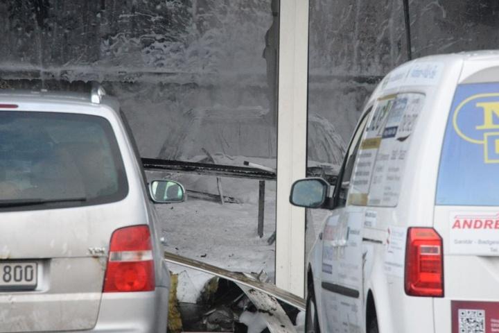Die Autos in der Halle versinken im Löschschaum.