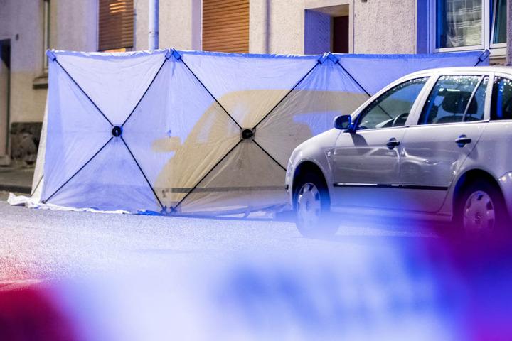Die Polizei stellte am Tatort einen Sichtschutz auf.