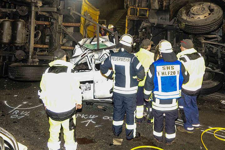 Der Dacia wurde unter dem DHL-Lkw begraben.