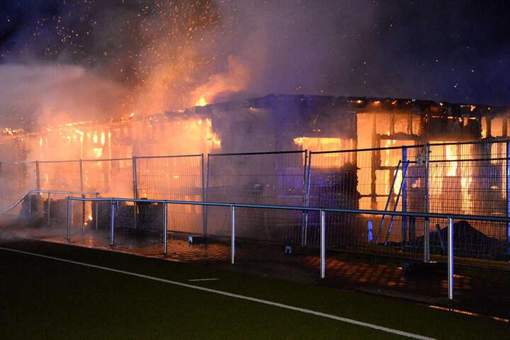 In der Nacht zu Freitag steckten Unbekannte den Rohbau in Brand.
