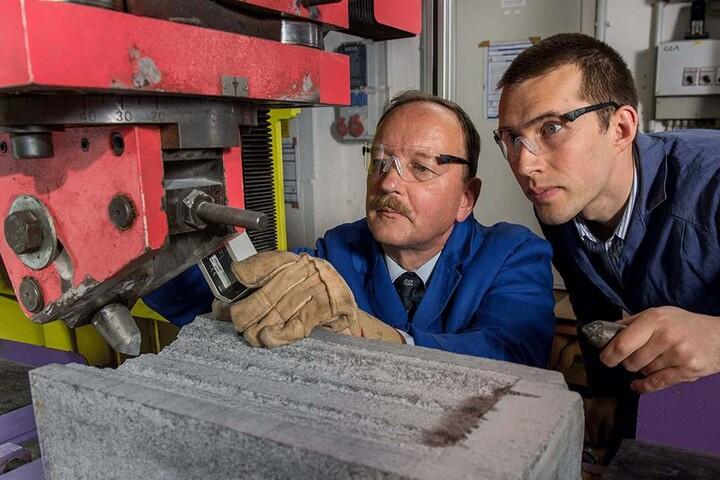 Sprengen ohne Sprengstoff: Prof. Dr. Carsten Drebenstedt (r.) und Dr. Taras Shepel von der Bergakademie Freiberg testen die Festigkeit der Meißel.