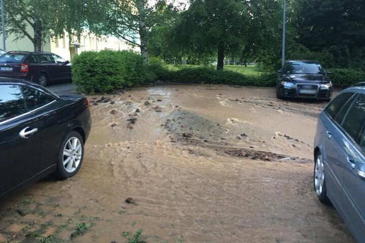 Auch die Parkplätze liefen mit den Wassermassen voll.
