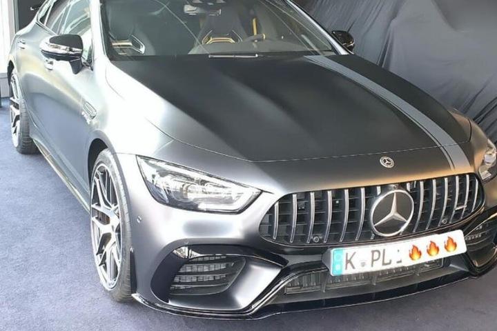 Der Sänger hat sein Geld in einen PS-starken Mercedes gesteckt.