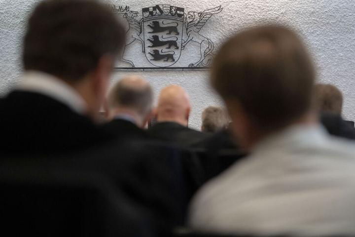 Angeklagte und Verteidiger im Prozess gegen ehemalige Mitarbeiter von Heckler und Koch im Landgericht Stuttgart.