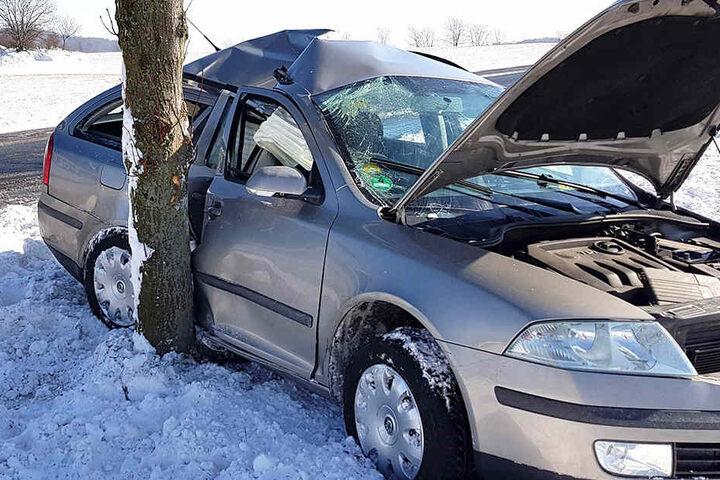 Bei winterlichen Straßenbedingungen knallte ein Skoda Octavia gegen einen Baum.