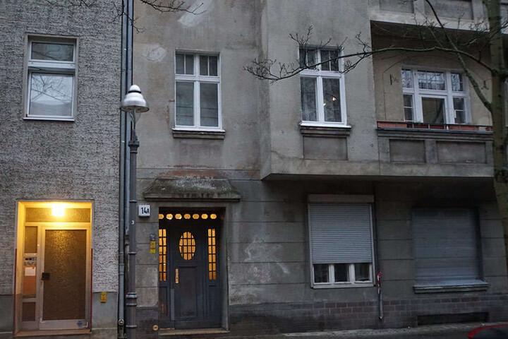 In diesem Haus in der Zimmerstraße fand Polizei und Feuerwehr den verletzten Mann.