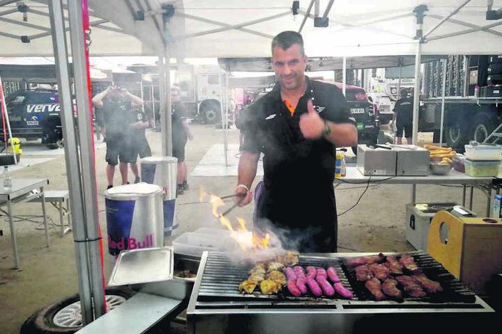 """Gerd Kastenmeier (49) kocht und grillt in Peru für das """"x-raid""""-Team auf der Rallye Dakar."""
