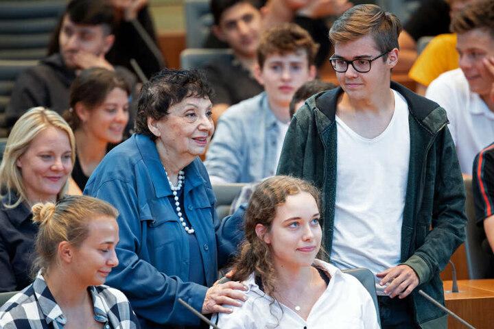 Auerbacher spricht während eines Zeitzeugen-Gesprächs mit etwa 100 Jugendlichen im Landtag.