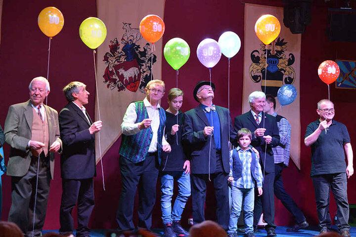 Die magischen Unterhalter feierten auf der Bühne im Schlossgasthaus ihr  90-jähriges Jubiläum.