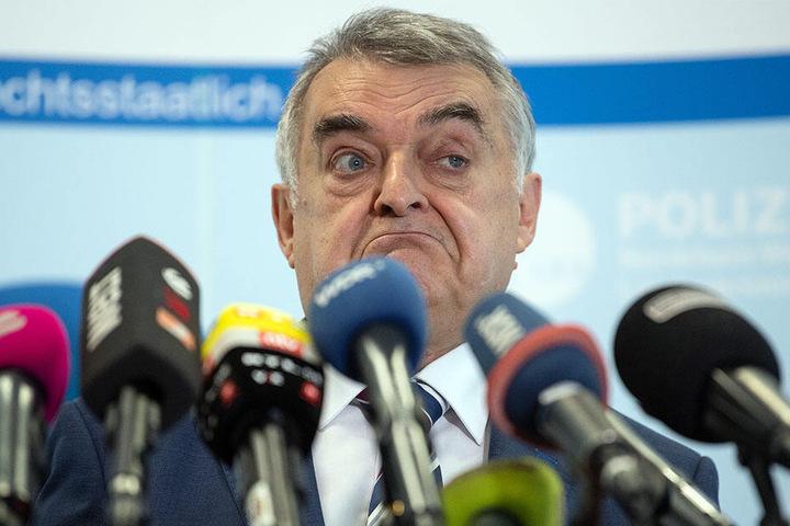 Innenminister Herbert Reul (CDU) spricht im Landeskriminalamt über die Clan-Kriminalität