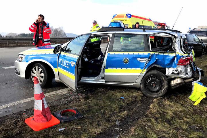 Eine Polizistin wurde am Rücken verletzt und musste mit einem Rettungshubschrauber ins Krankenhaus gebracht werden.