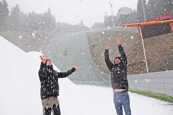 Marcus Stark (F.r.) freut sich mit seinem Team über den Schnee.