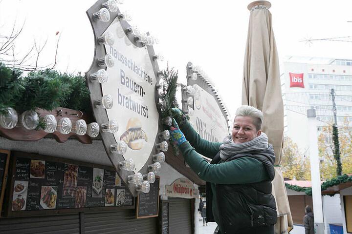Ella Pieczynska (40) schmückt ihre Bratwurstbude auf der Prager Straße. Eröffnung ist am Donnerstag.
