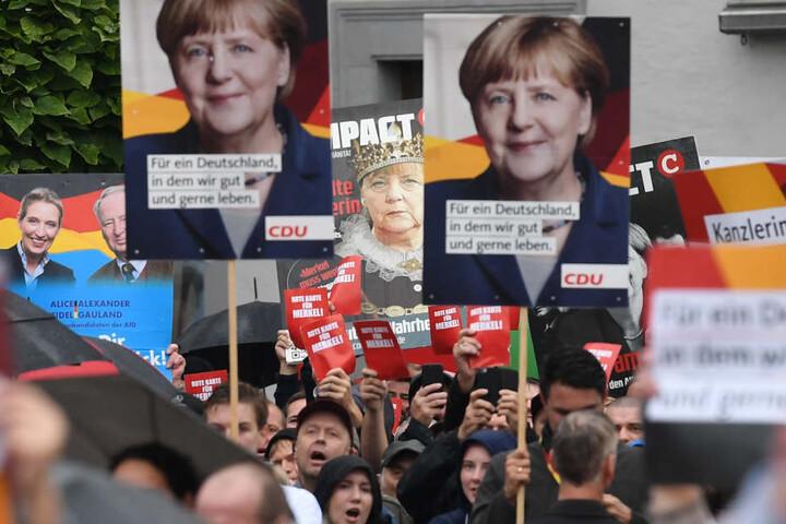 """Einige Demonstranten forderten die """"rote Karte"""" für Merkel."""