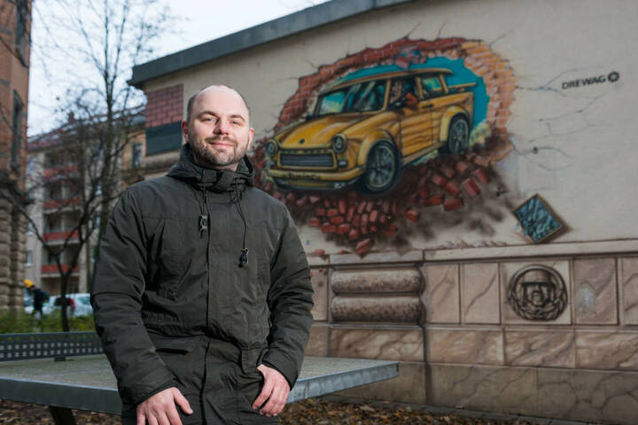 Zwickau-Fan Christian Adler (39) findet auf der ganzen Welt Spuren der Trabi-Stadt - auch in Dresden, wo der Autor lebt.