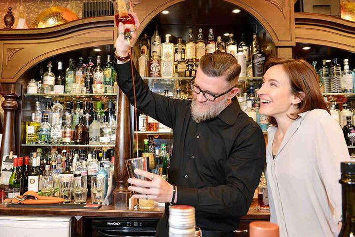 Aaah, so machst Du das! Lachend staunt das ehemalige GZSZ-Sternchen über die Mixkünste von Barkeeper Waldemar Bornemann (39).