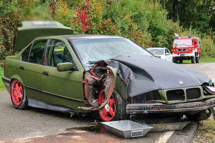 Fahrer und Beifahrer des Bmw wurden durch den Aufprall leicht verletzt.