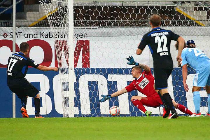 Nur wenige Sekunden nach dem Ausgleich trifft Zlatko Dedic (l.) zum 2:1.