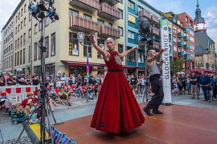 Jongleur Kelvin Kalvus (l.) führt seine Kunststücke auf einer der zwölf Innenstadt-Bühnen vor.