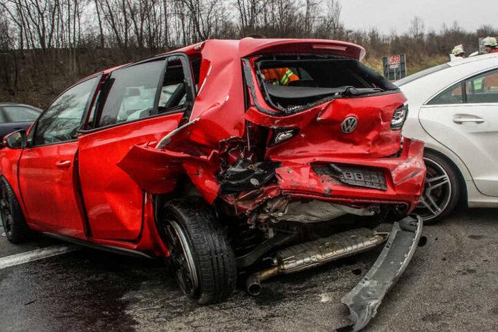 Neben der 23 Jahre alten Fahrerin wurde auch der 47-jährige Beifahrer in diesem Golf verletzt.