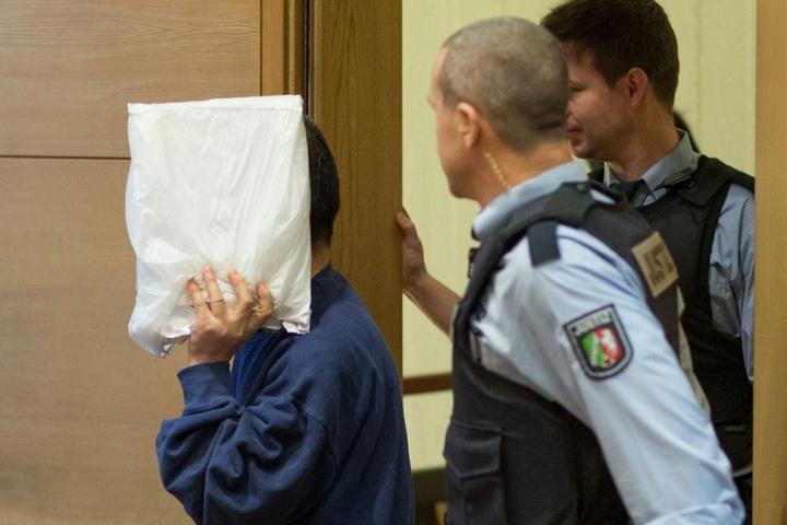 Der Angeklagte betritt den Sitzungssaal im Landgericht - er muss für weitere 8 Jahre im Gefängnis bleiben.