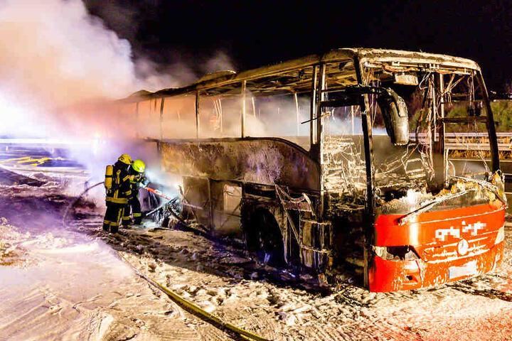 Von dem Bus blieb nur ein ausgebranntes Wrack übrig.