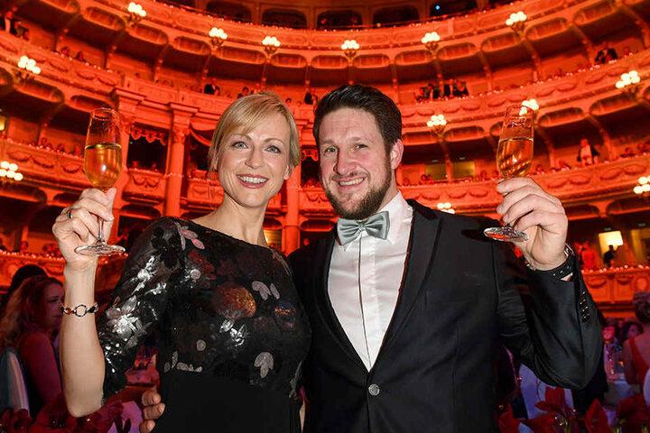 Ex-Gewichtheber Matthias Steiner (35, rechts) und seine Frau Inge erheben das Glas.